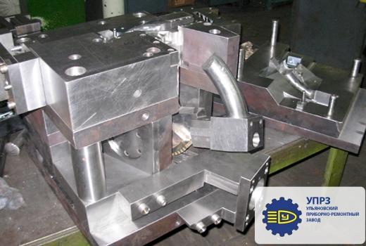 Пресс-форма с гидравлическими цилиндрами и секторным механизмом
